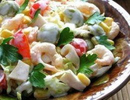 Миниатюра к статье Салат с креветками, кальмарами, оливками и кукурузой