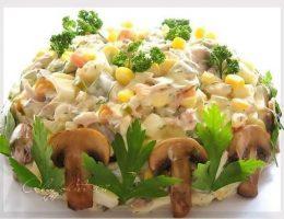 Миниатюра к статье Салат с курицей, грибами и маринованными огурцами