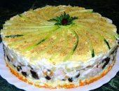 Миниатюра к статье Слоеный закусочный торт с копчёной курицей, черносливом и шампиньонами