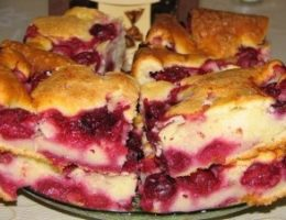 Миниатюра к статье Быстрый пирог с замороженными ягодами