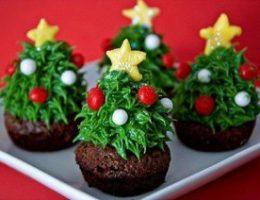 Миниатюра к статье Невероятно красивый новогодний десерт «Ёлочки с секретом»